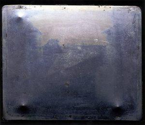 تصویر اولین هلیوگراف ثبت شده توسط نیپس که به عنوان عکس منظره گرا مشهور شده است